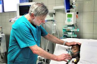 Gino strada con paziente bimbo emergency