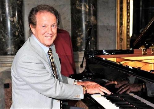 M remigi al pianoforte