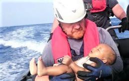 Salvataggio bebe in mare